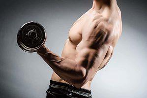 håndvægte træner biceps triceps og skulder