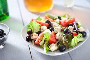 sund salat med bær og det hele